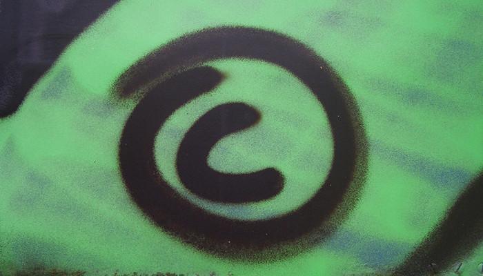 le symbole copyright dessiné en graffiti