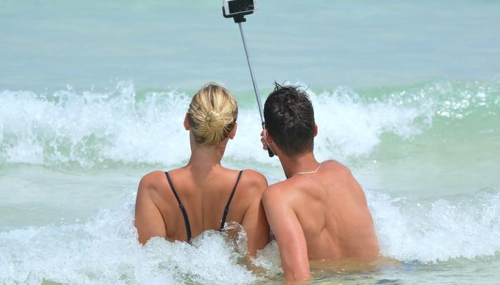 couple qui se prend en selfie à la plage