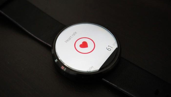 Armbanduhr auf der der Puls gerade gemessen wird