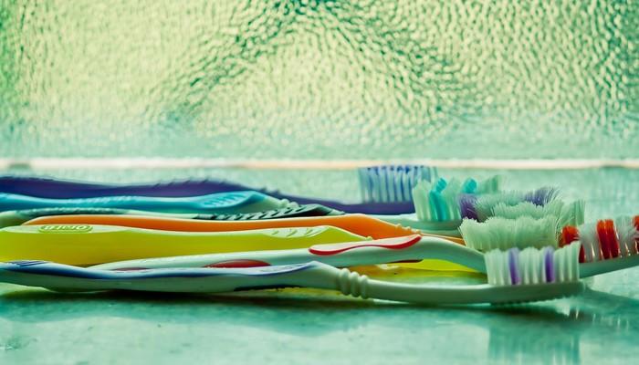 différrentes brosses à dents usées
