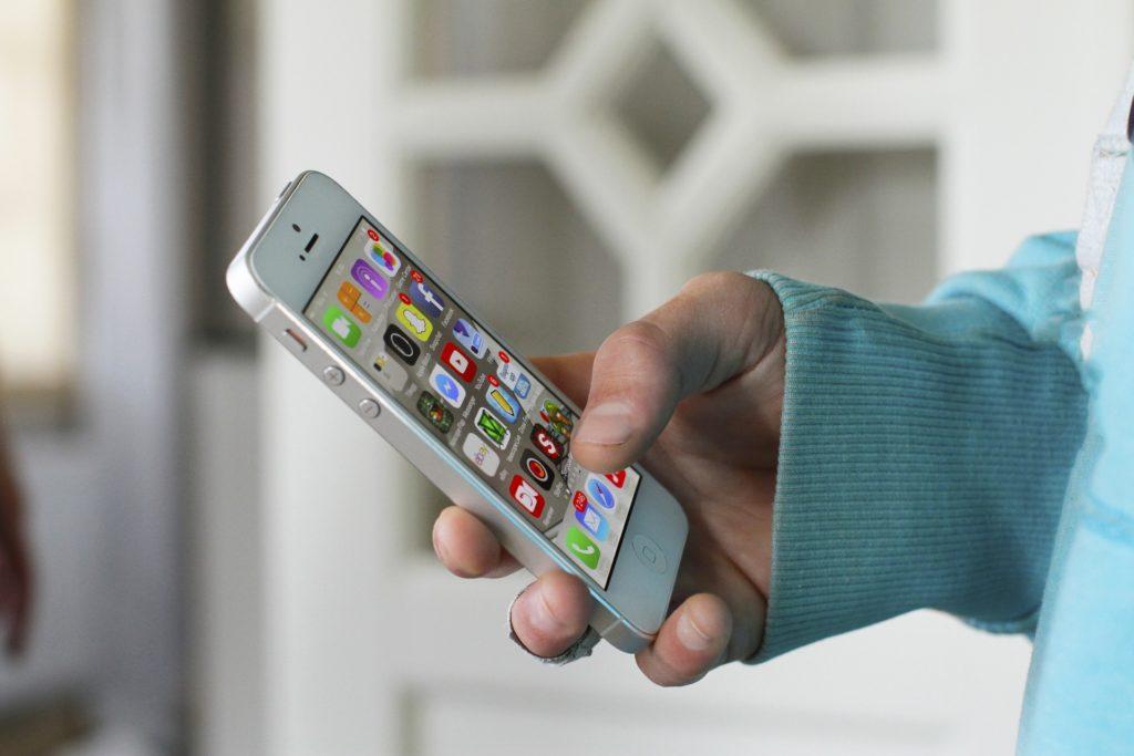 Iphone in der Hand mit Apps von Sozialen Medien