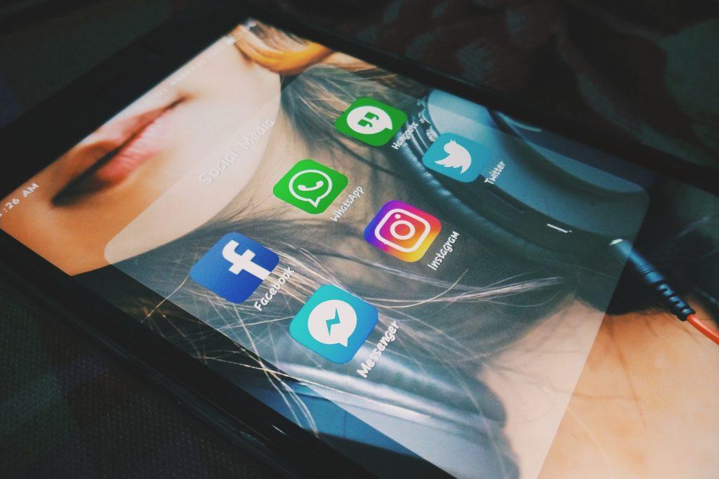 Smartphone avec les applications de divers réseaux sociaux