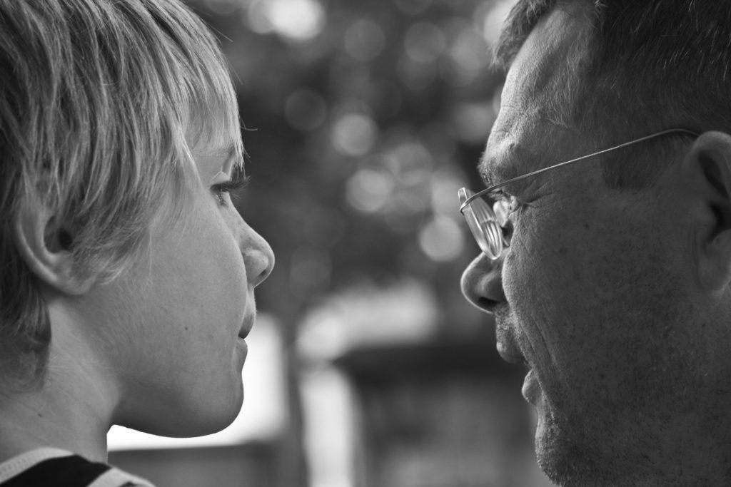 Ein Kind spricht mit einfem Erwachsenen