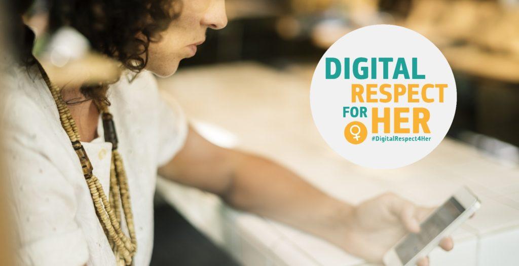 Jeune femme regardant son smartphone et logo de la campagne européenne DigitalRespect4her