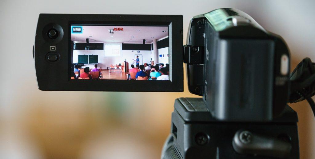 Vue d'une caméra entrain de filmer une salle de classe