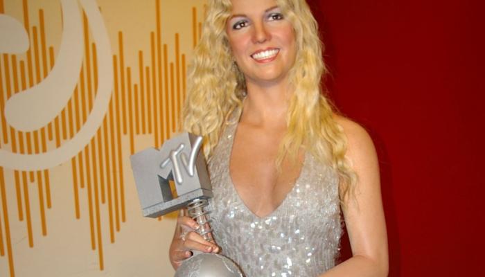 Britney tient un prix d'MTV dans la main