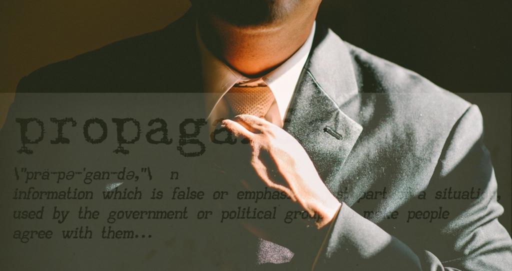 Photo d'un homme en cravate avec la définition de propagande en filigrane