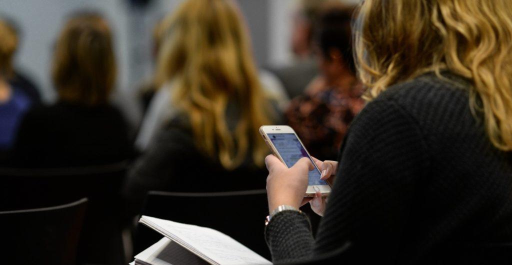 Jeune fille utilisant son téléphone portable en classe