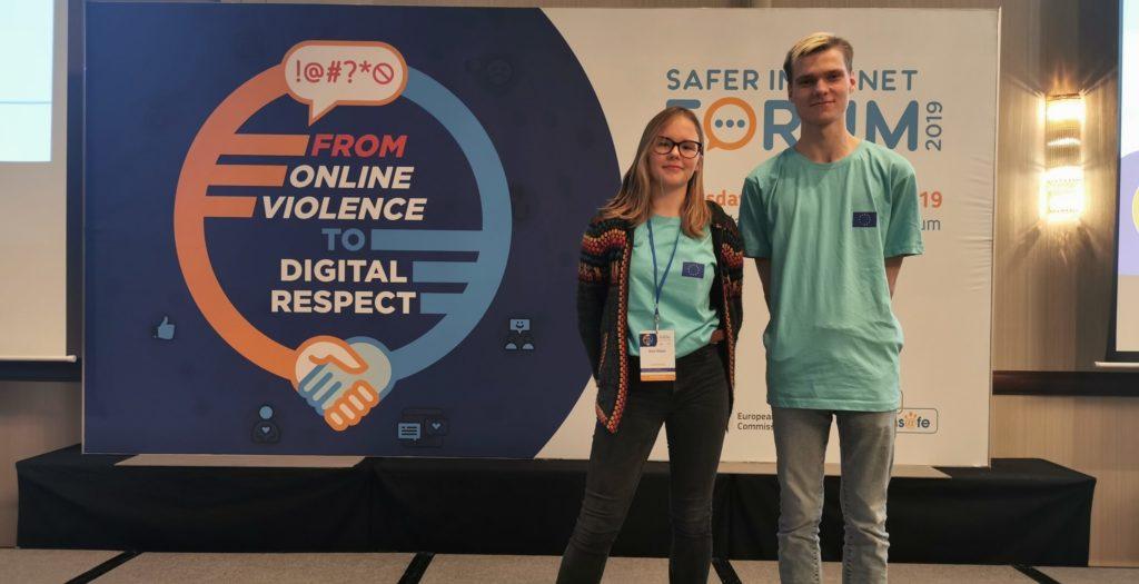 Deux jeunes experts BEE SECURE devant le logo du SIF 2019