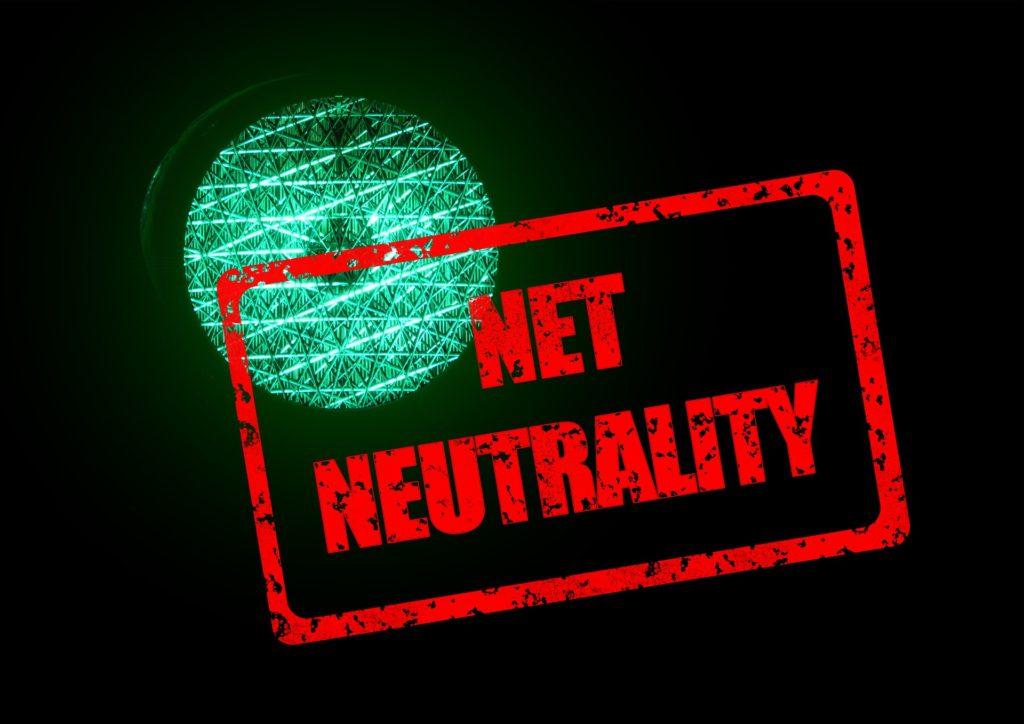 """Grüne Ampel mit einem roten Stempel mit der Erwähnung """"Net Neutrality"""""""