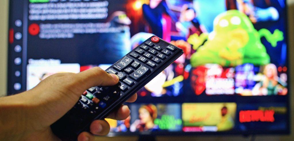 télécommande qui pointe en direction d'un écran avec Netflix