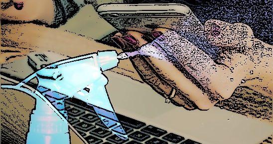 Femme avec un smartphone à la main et un ordinateur portable. Un vaporisateur à l'avant.