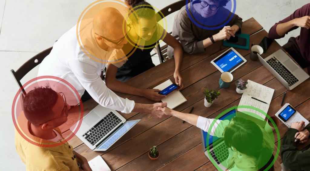 Photo de plusieurs personnes avec un ordinateur, tablette ou smartphone à la main, chacun dans une bulle de couleur différente