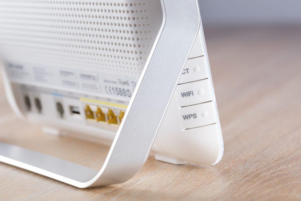 Gros plan sur le dos d'un routeur blanc à la maison