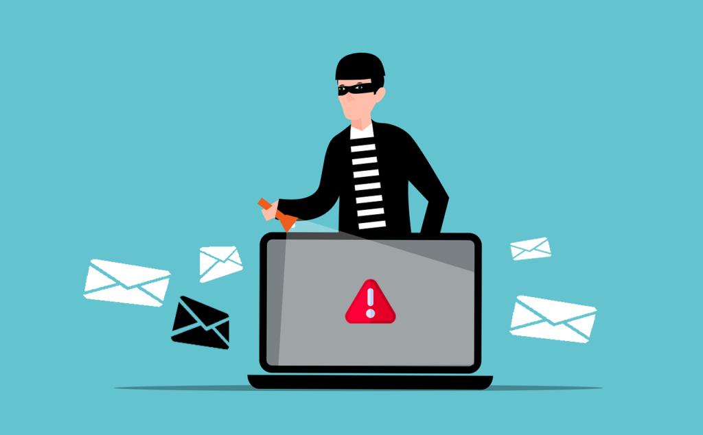 Un escroc masqué se trouve derrière un ordinateur portable avec un signe d'avertissement et des enveloppes (e-mails)